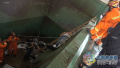 为捡铲子 常州环卫车司机不慎坠入4米深垃圾坑