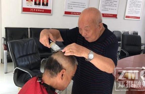 九旬老人和老伴30年做一件事:幫街坊免費理髮
