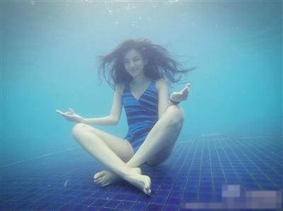 """娜扎说她最注重的就是""""保湿""""。图片来自艺人微博"""