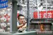 青岛工人3千根针里挑错仅用72秒 堪称中国最强大脑