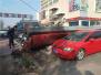 大风惹祸吹倒10米高汽配城广告牌 砸完汽车又伤人
