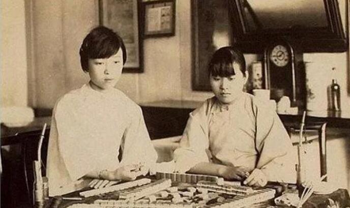 图为两个中国姑娘在玩麻将。