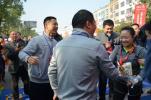 为给最后一名半马完赛者发奖牌,浙江一市长终点等候近两小时