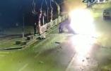 浙江金華一轎車淩晨撞樹起火,理髮店小哥四次衝進火海救人