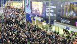 伦敦滑铁卢车站部分铁路服务取消推迟 大批乘客滞留站台