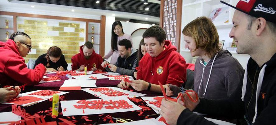 东营:外国友人社区学剪纸