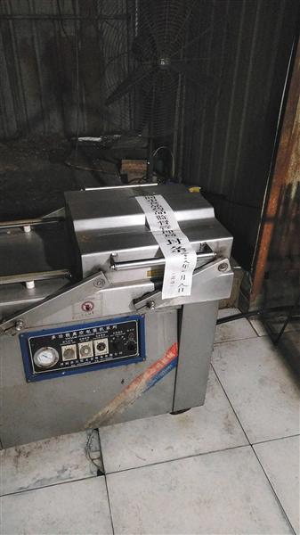 一处黑窝点内的设备被查封。本版图片/河间市食药监局供图