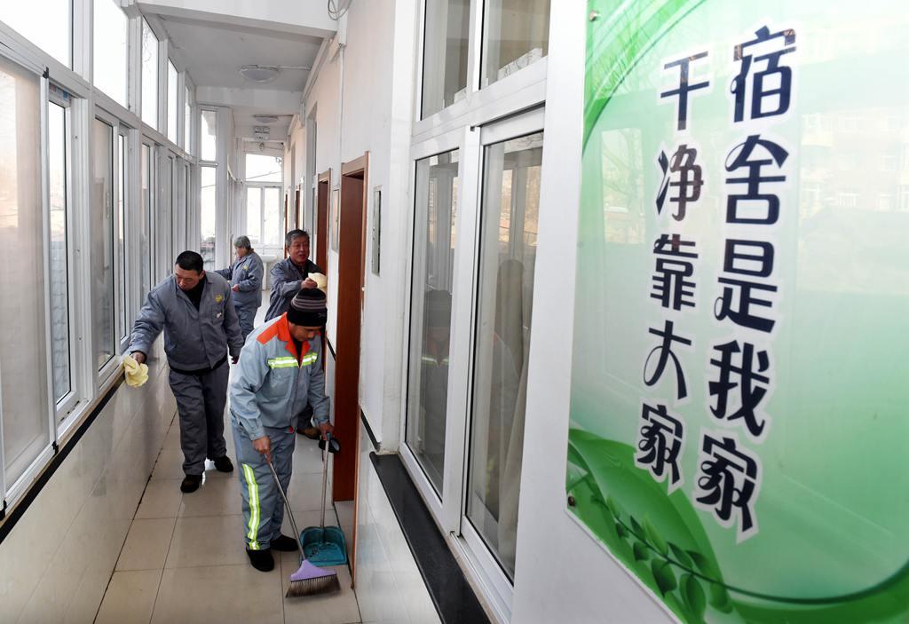 青岛:环卫公寓暖心过大年