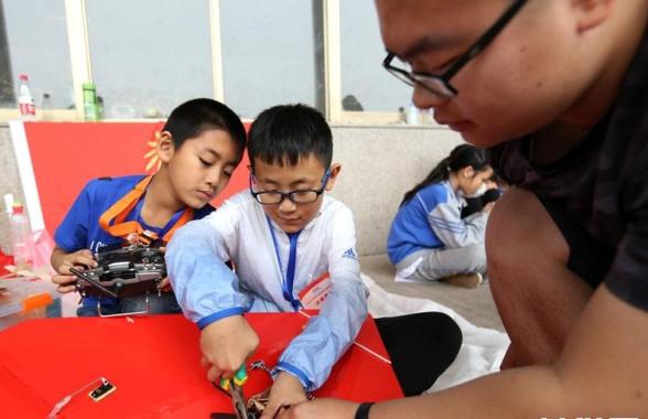 河南安阳:航空模型赛 少年展风采