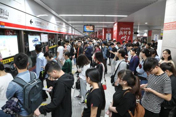 郑州地铁今日客流高峰提前 端午假期将压缩行车间隔