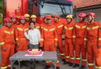 沧州消防战士放弃婚假参与抗灾 未婚妻探望送惊喜