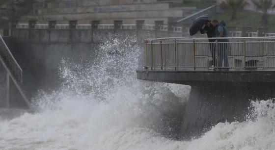 土耳其沿海遭暴风雨袭击 海浪高达5米