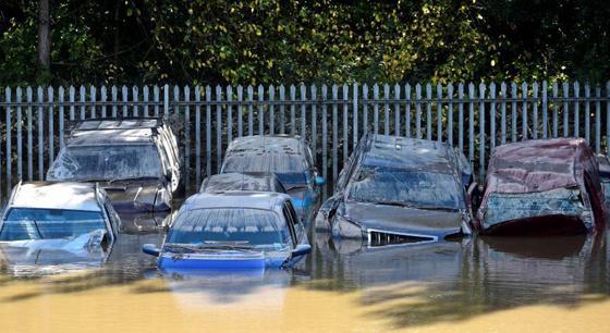 风暴袭击英国引发洪水泛滥 多辆汽车被淹