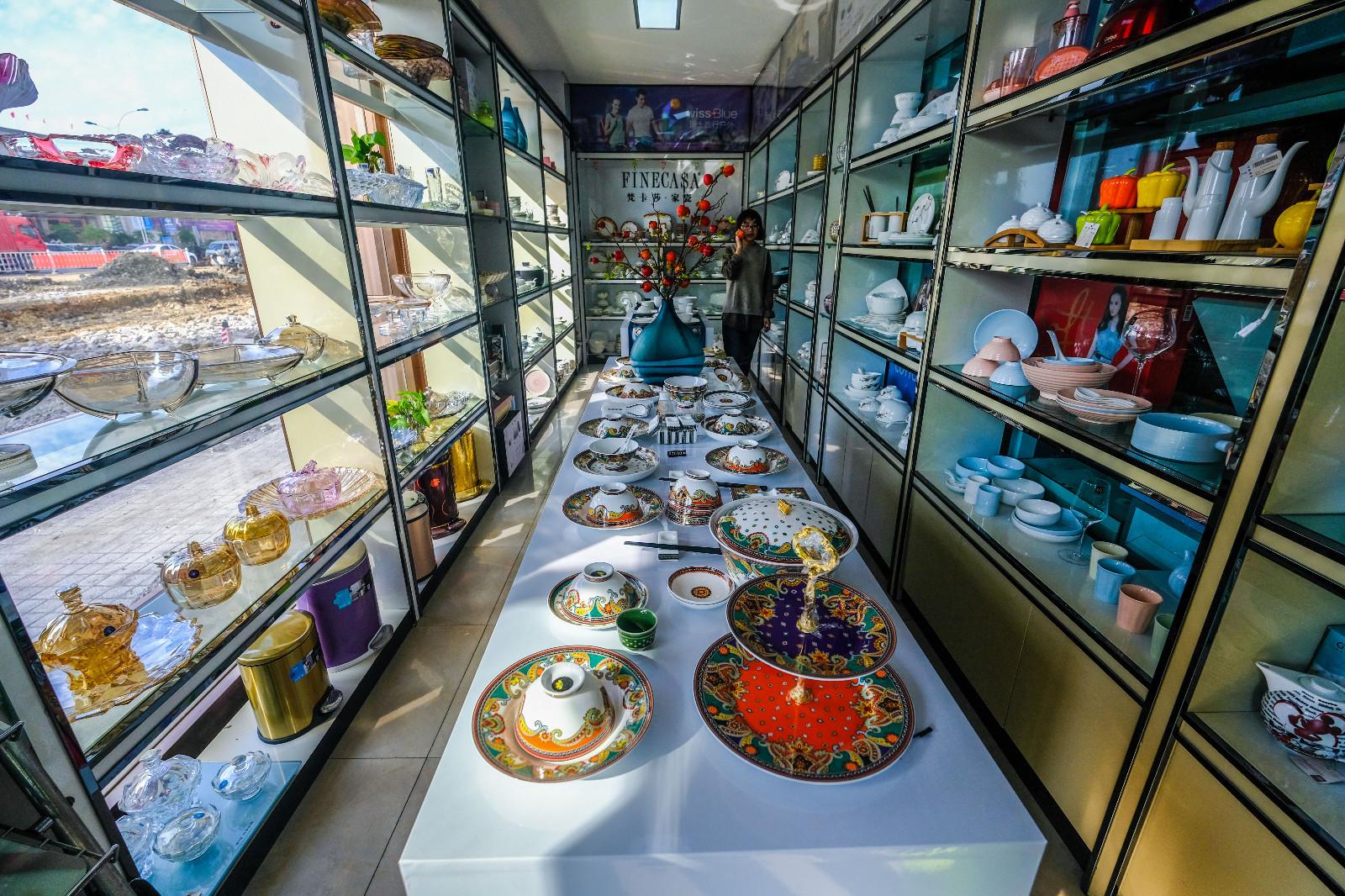 这是12月3日拍摄的龙港镇一家经营礼品的商家。新华社记者 徐昱 摄