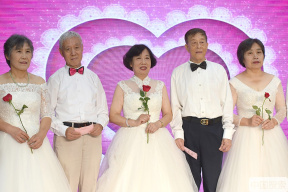 爱在七夕 北京10对金婚夫妇穿婚纱办集体婚礼