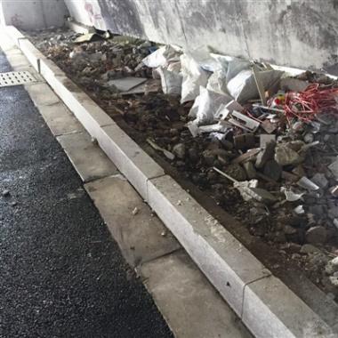 温州:刚花5万清理完桥下垃圾,一天不到又被倒上建筑废渣