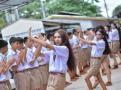 泰国中学男生披长发化浓妆 跳热舞迎新生