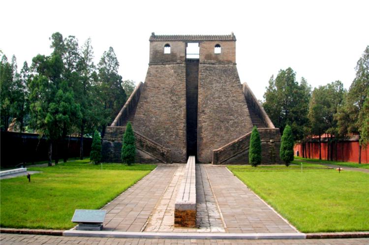 观星台为元代(1276年)天文学家郭守敬所建,是当时27个天文观测站的中心观测点,见证了当时世界上最先进的历法——《授时历》的测量演算历史,是中国现存最古老的天文台,也是世界上现存最早的观测天象的建筑之一。