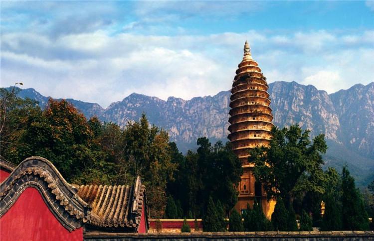 嵩岳寺塔建于北魏正光年间(公元520-525年),是中国现存年代最早的砖塔,也是世界上最早的筒体建筑。她是中国建筑艺术与西域建筑艺术交流结合的完美见证,代表了东亚地区同类建筑的初创与典范,在世界建筑史上具有不可替代的地位。