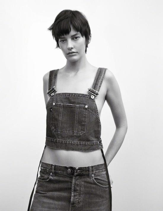 短发气质女模登封面 黑白光影极致身材图片