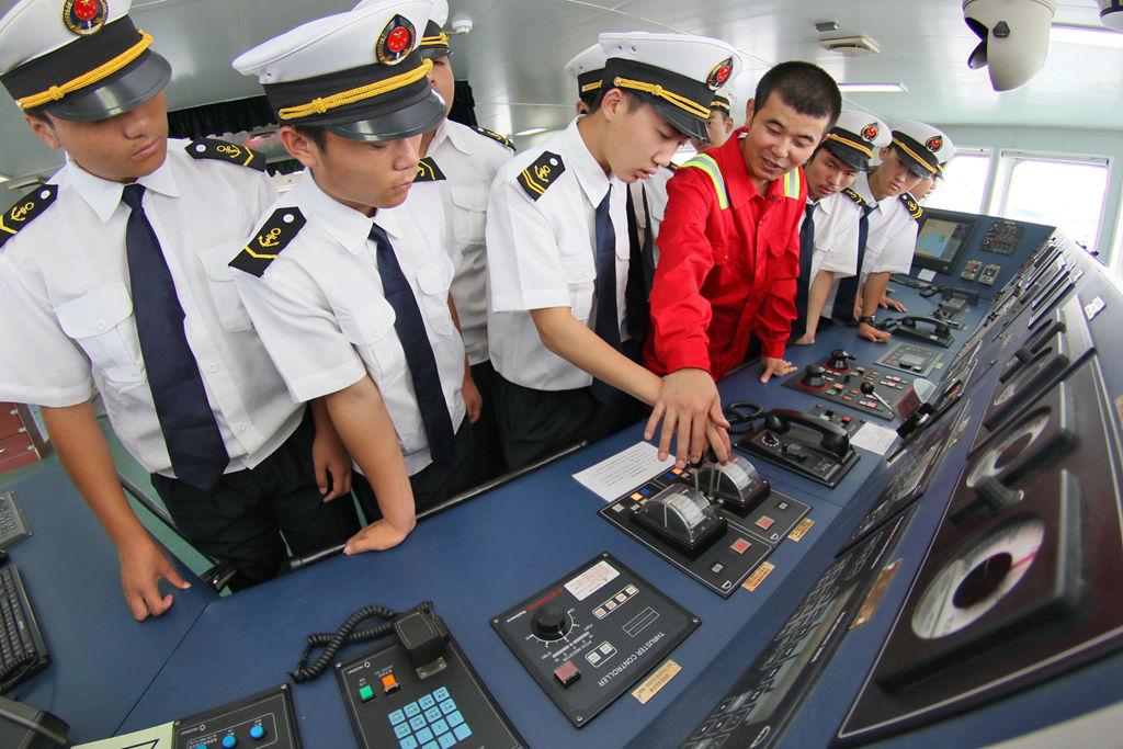 """山东烟台:""""准海员""""登轮体验"""