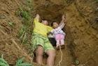 男子帶女兒適應墳墓