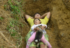 父亲给重病女儿挖坟