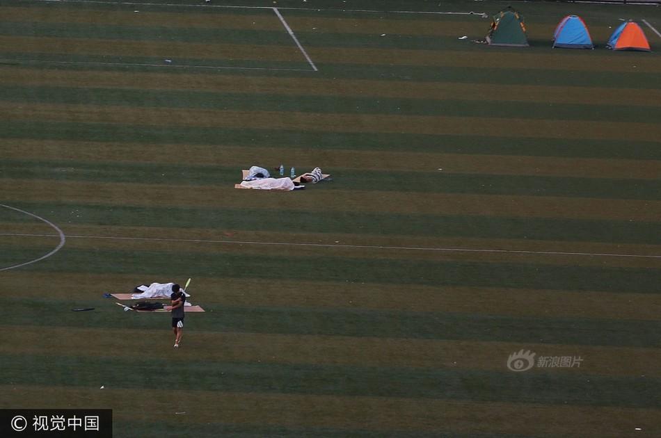 太热没空调 大学生在露天足球场睡觉