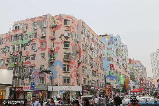青岛闹市现巨幅墙绘 色彩艳丽吸睛