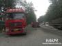 102国道两大货车相撞一车侧翻在地 无人员伤亡
