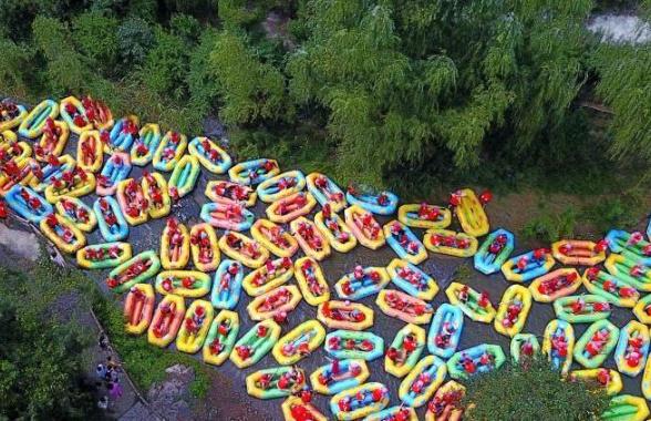 豫西大峽谷遊客組團漂流遭堵 水中跳廣場舞解悶