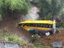 在肯尼亚西南部纳罗克郡拍摄坠入河中的客车