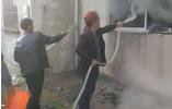 邻居家莫名起火 七旬老人第一个冲上前扑救