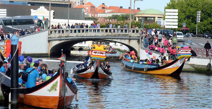 端午龙舟巡游活动在葡萄牙阿威罗市中心小广场拉开帷幕