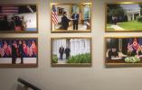 白宫走廊挂满特朗普与金正恩合影,马克龙照片被挤走了...