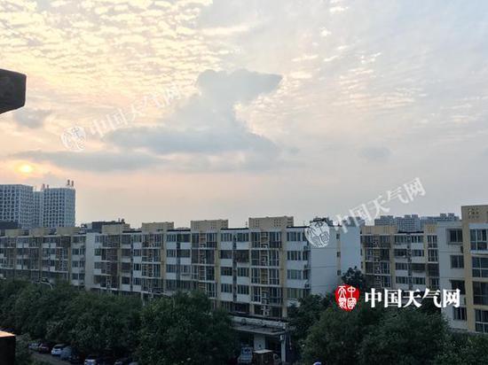 图为今天傍晚北京丰台的天空。