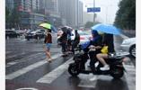 """暴雨""""后遗症"""":南京多小区污水倒灌 居民出行受阻"""