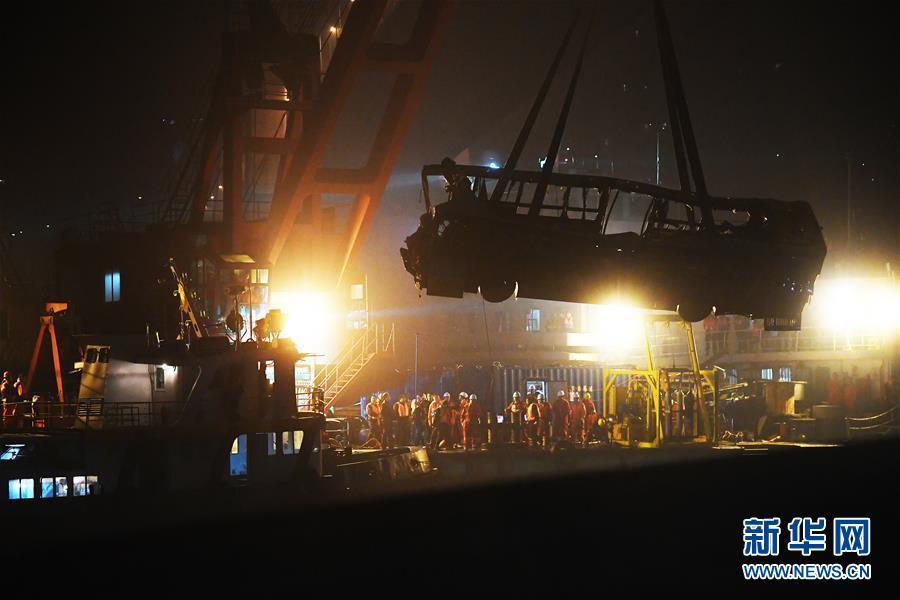 (重庆公交车坠江事故·后续)(4)重庆万州坠江公交车打捞出水