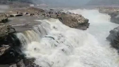 黄河壶口瀑布冰消河开 气势壮观