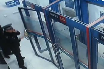 上海:两万现金遗落ATM机 被及时寻回