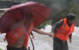 """记台风侵袭下的""""风雨未归人"""":守望相助筑就温暖屏障"""